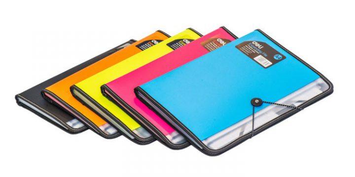 Teczka plastikowa i folder do biura, czyli niezbędniki do zorganizowanej pracy w biurze